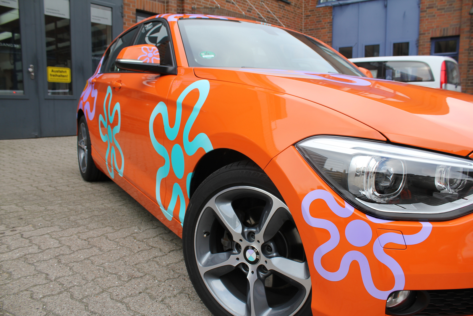 BMW_1ER_CAR-WRAPPING_ORANGE_GLANZ_FOLIE_BLUMEN_08