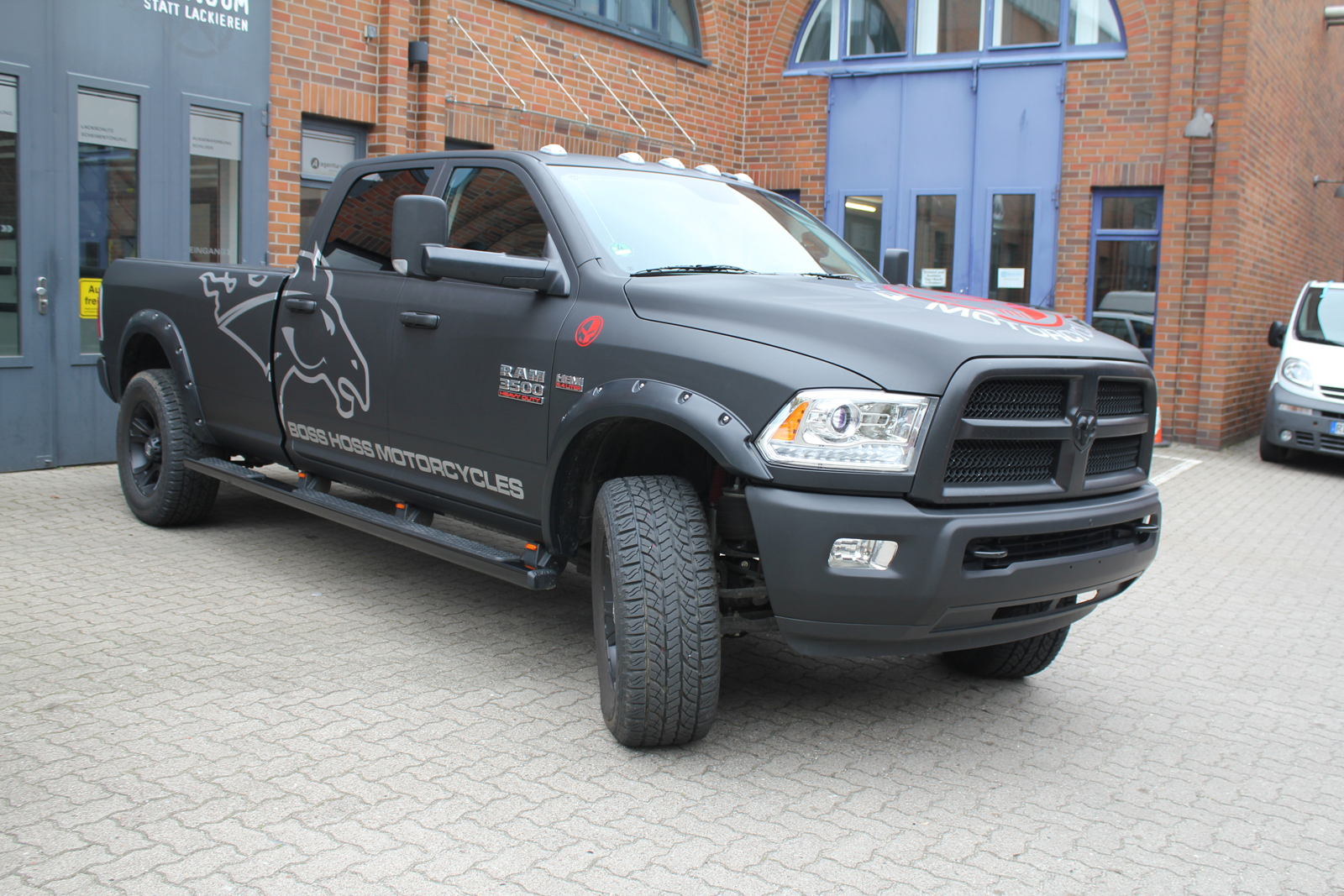 DODGE_RAM_CAR-WRAPPING_SCHWARZ_MATT_BOSS_HOSS_MOTORCYCLES_BRANDING_02