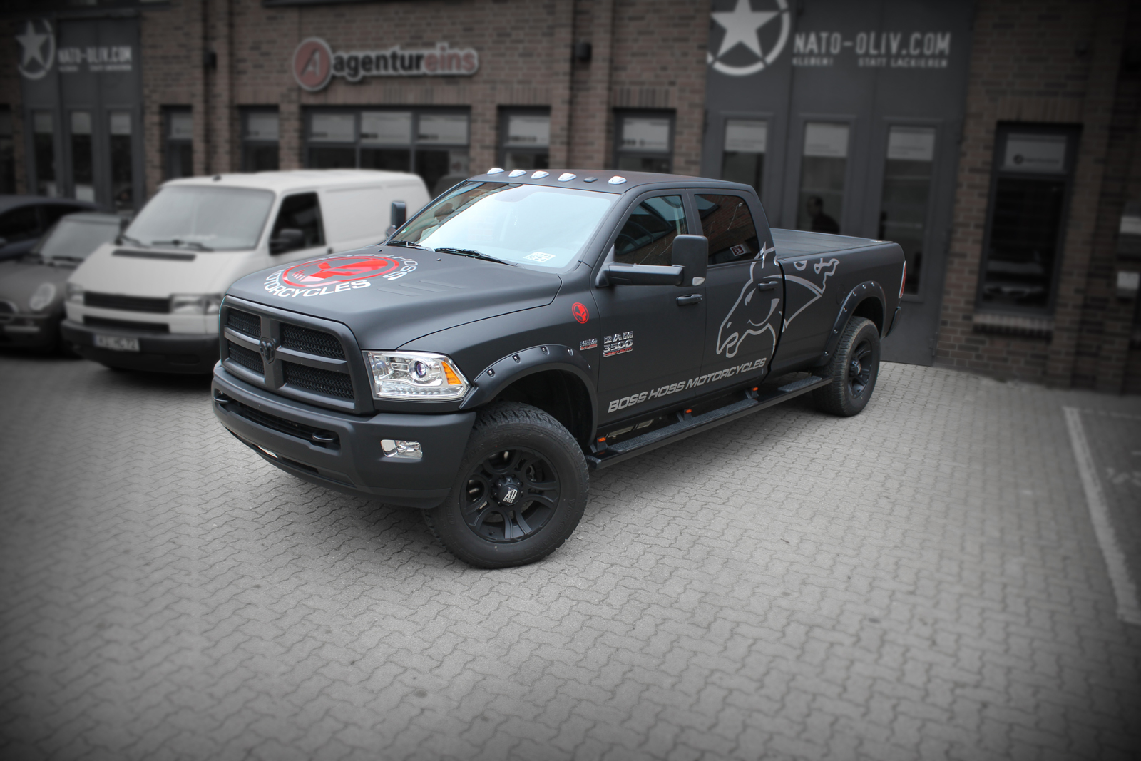 Dodge Ram Car-Wrapping mit Folie in schwarz matt und Branding von Boss Hoss Motorcycles