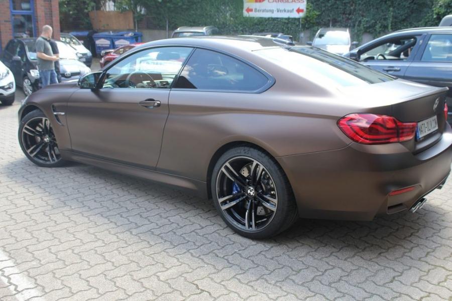 BMW M4 Coupé dunkelbraun matt metallic Nato oliv Hamburg