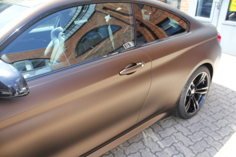 BMW M4 Coupé wurde in Matte Java Brown folier