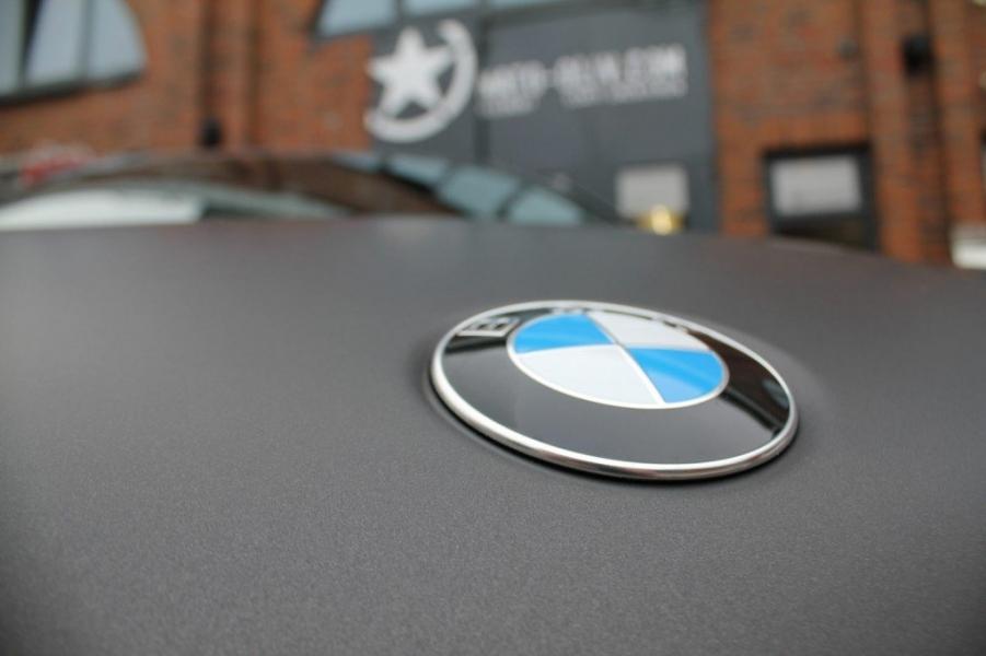 BMW X6 Folierung schwarz-braun matt metallic Hamburg Detail Emblem