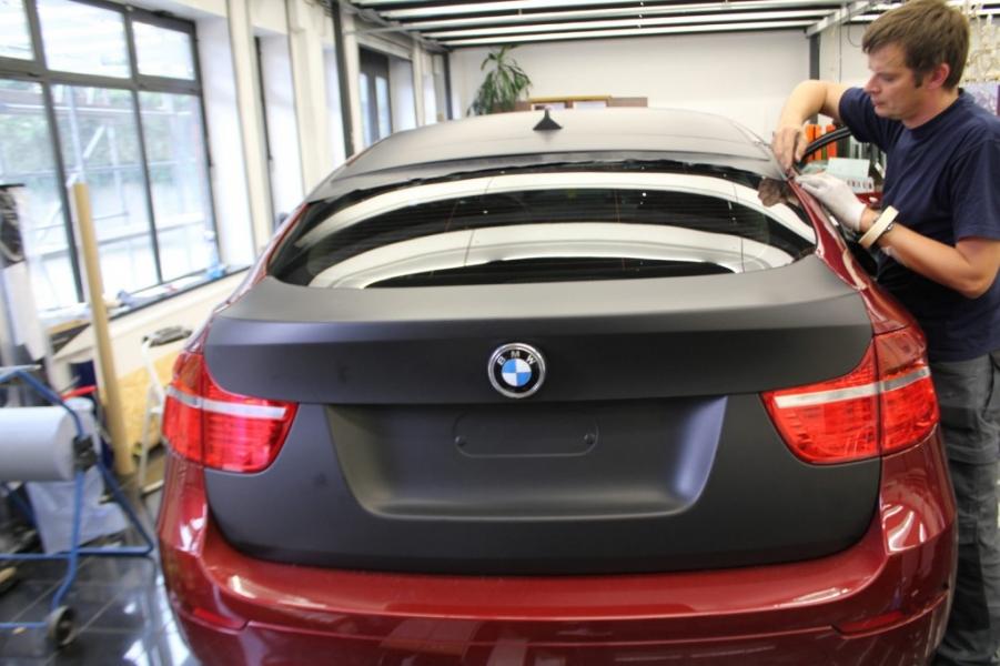 BMW X6 schwarz matt Auto foliert Hamburg Heck