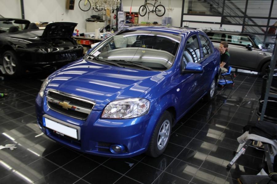 Chevrolet Aveo blau glanz zu schwarz matt Qualitätsfolierung Nato Oliv