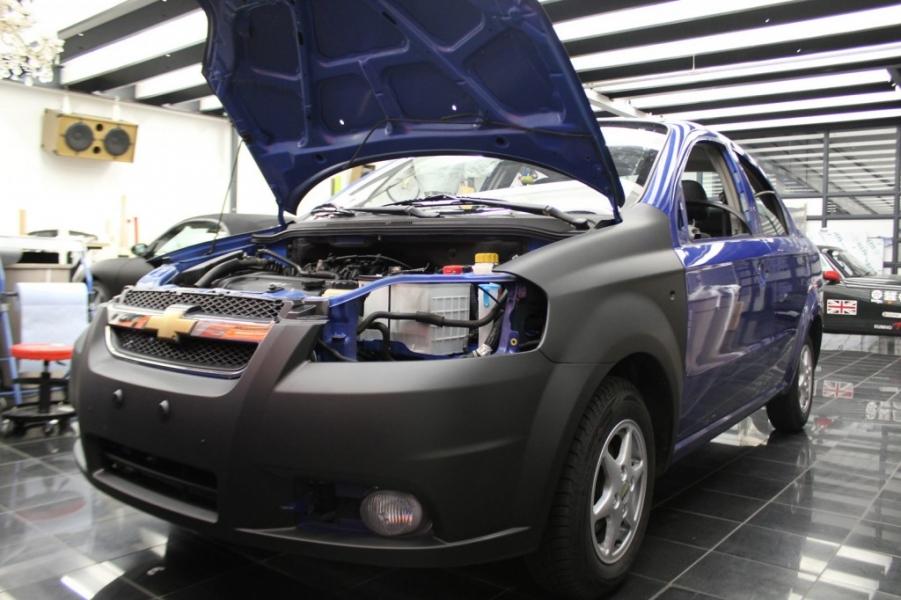 Chevrolet Aveo Autofolie schwarz matt während Autofolierung