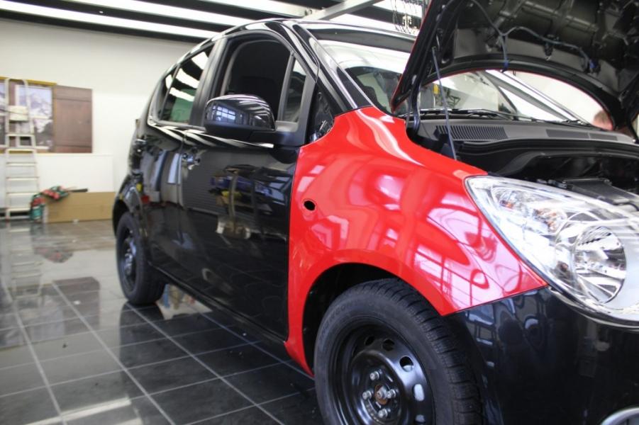 Opal Agila rot glänzend schwarz während Fahrzeugfolierung Hamburg