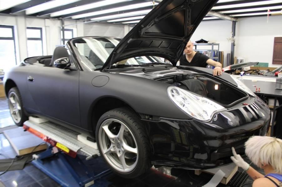 Porsche Cabrio Schwarz matt während Folierung